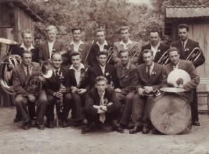 Stojící zleva: František Balajka (bass), Alois Vaja (tenor), Jaromír Kozmík (tromb.), Antonín Gavenda (es trub.), Josef Balajka (křídl.), Stanislav Škubal (křídl.), Bohumil Podhajský (křídl.) Sedící zleva: Josef Mička (baryt.), František Vavruša (b-klar.), František Fabiš Vavruša (es-klar.), svatebčané 3x, Bohumil Zábojník (trump.), Stanislav Vaja (bicí).
