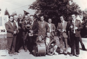 Stojící zleva: Josef Hradil (es-klar.), František Vavruša (b-klar.), Čeněk Bartoněk (tuba), Alois Válek (es-trump.), Josef Pivoda (baryton), František Venený (bicí), Josef Vaja (trup.), Josef Balajka (b-trump.), Josef Mička (křídl.) Klečící: Jan Surovec (tenor)